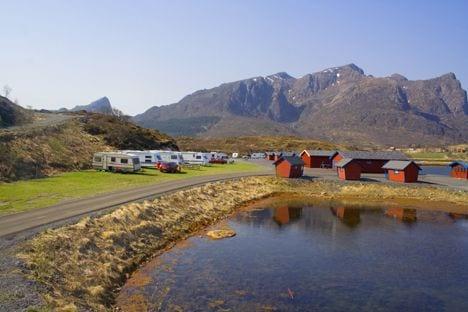 Campingplatz mit Wohnwagen und Wohnmobilen.