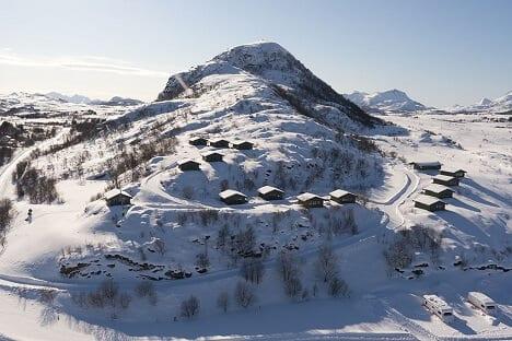 Ein Berg mit vielen Hütten.