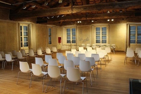 Viele Stühle in einem Konferenzraum.