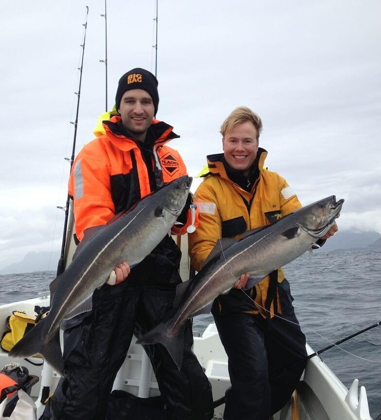 Zwei Fischer, die ihre eigenen Fische halten.