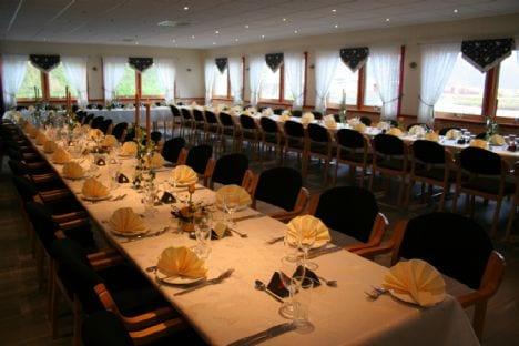 Restaurant mit gedecktem Tisch.