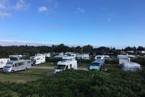 Wohnmobile und Wohnwagen auf einem Campingplatz geparkt.