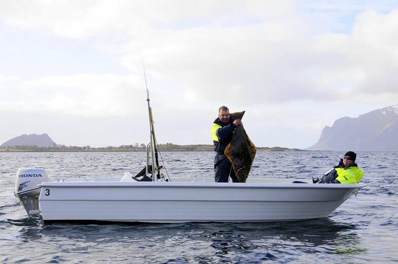 Zwei Fischer auf einem Boot.