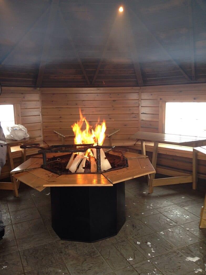 Lagerfeuer brennt in einer Grillhütte.