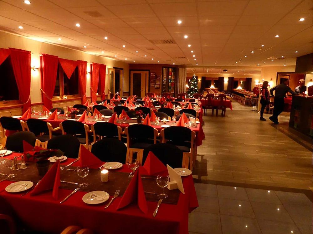 Restaurant med mange dekket bord.
